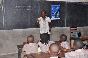 Gnim Atakpama devant les élèves de Sainte-Carole
